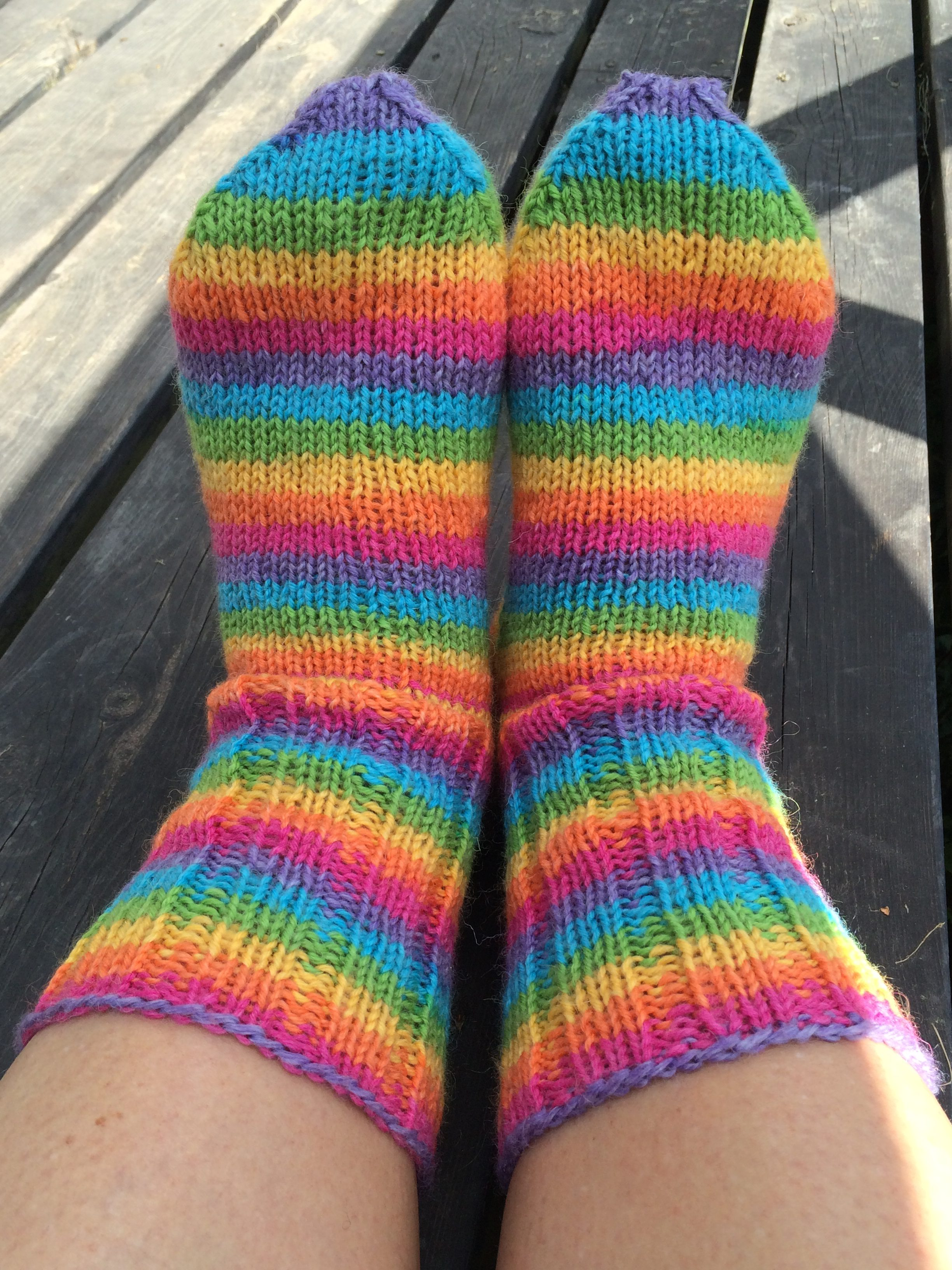 Regnbågssockor på foten